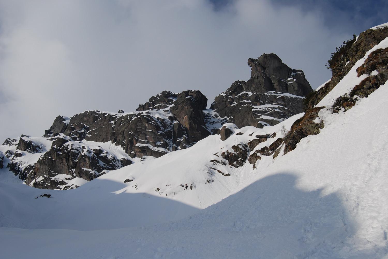 Durante la salita alla sella di 2250 m il Torrione di Mezzaluna sul versante NE