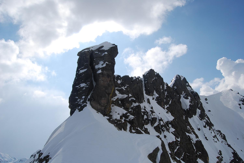 Il Torrione di Mezzaluna 2333 m nei pressi della sella  a 2250 m circa.