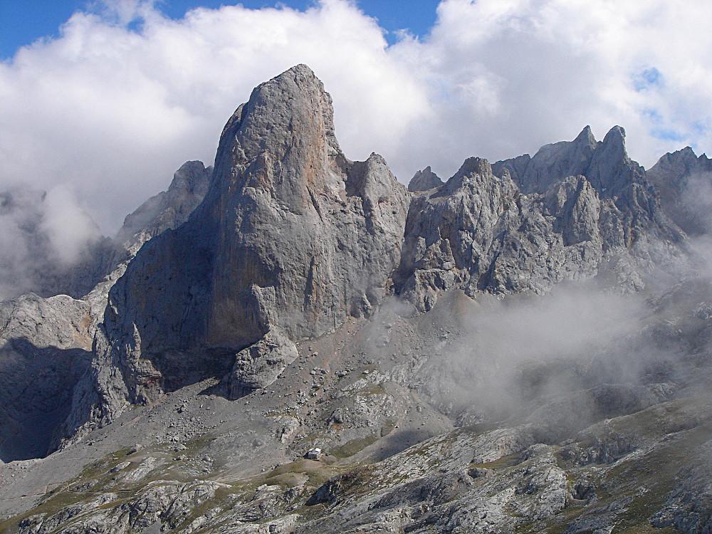 Le Picu de Urriellu vu de la Vega de Urriello. On voit  à droite les Tiros de la Torca et la bicephale Morra