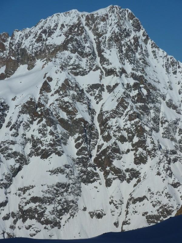 Le magnifique grand couloir E de l'aiguille d'Olan vu de la montée au Col de la Lavey