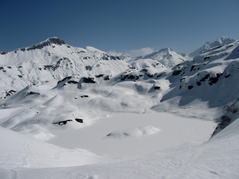 Le lac de Pormenaz dans sa parure hivernale