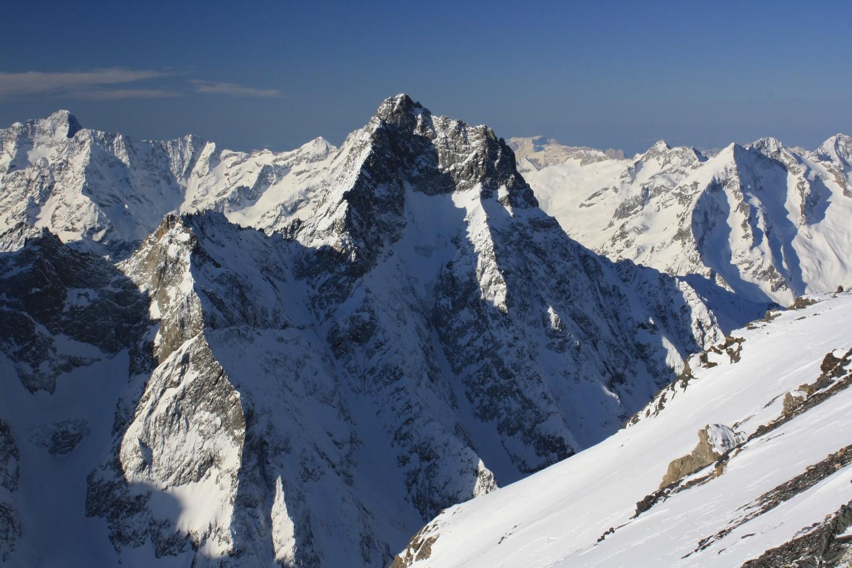 L'Aiguille du Plat de la Selle et le Col de Burlan, vus du Dôme de la Lauze