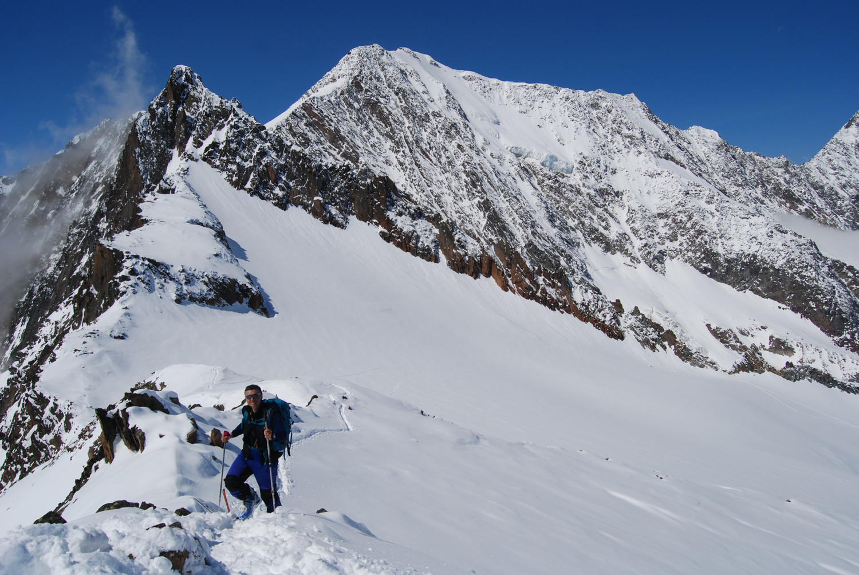 Roberto arriva in cima al Tossenhorn, alle spalle l'imponente Weissmies 4017 m.