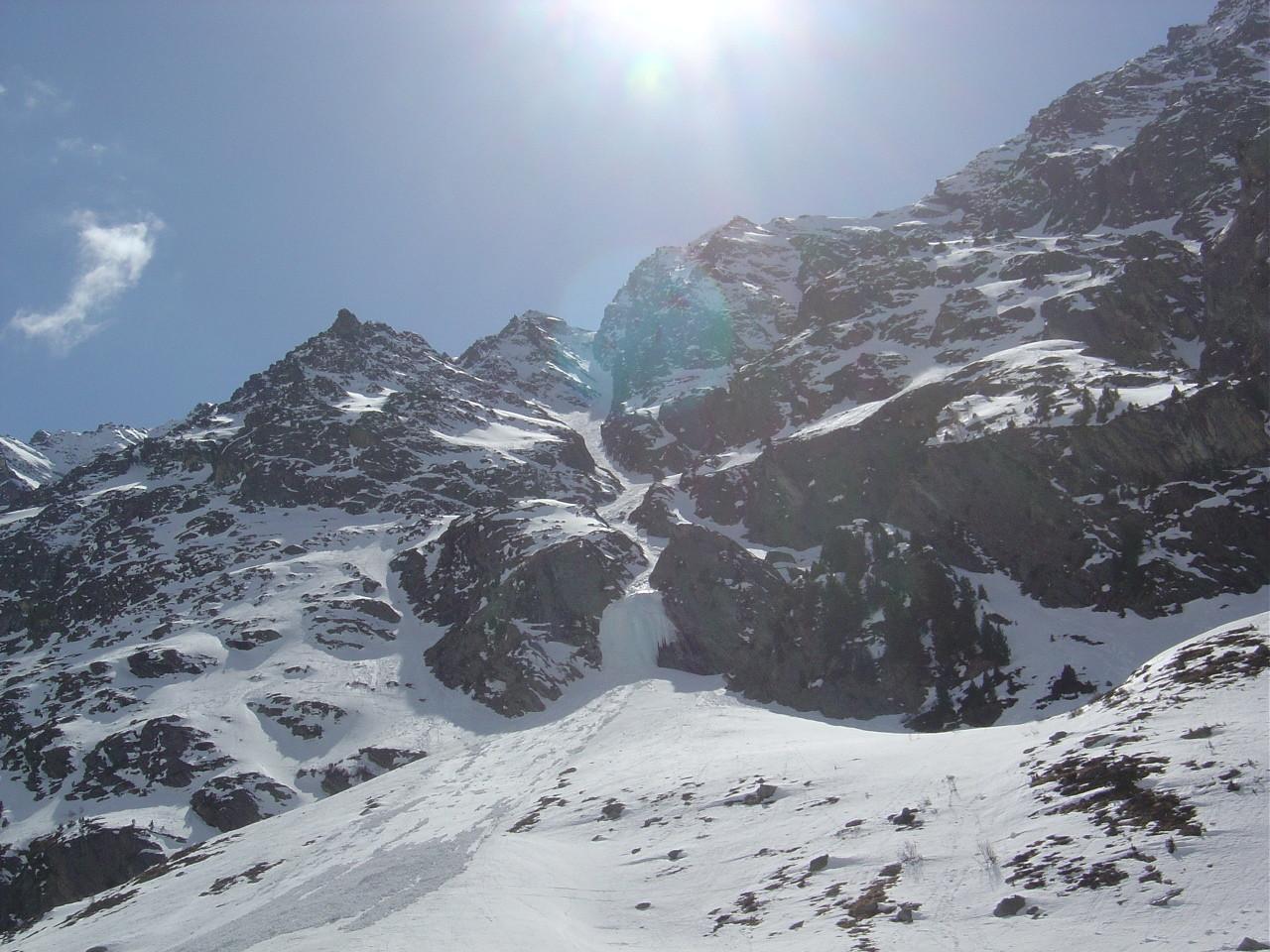 Le Grand Couloir NE de la Serre de Vuibé vu des pistes de fond du val d'Arolla.