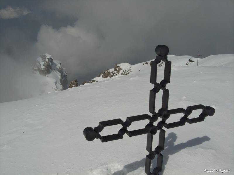 La météo s'améliore et le sommet est atteint. Les deux croix du sommet de la Grand Dent et la Petite Dent en contrebas