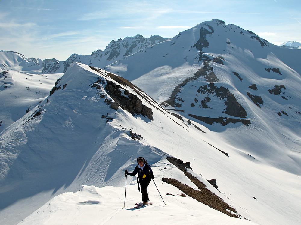 alle spalle di Sandra, l'anticima orientale del Monte Pedenolo. Sullo sfondo ben visibile la quota 2912 m.