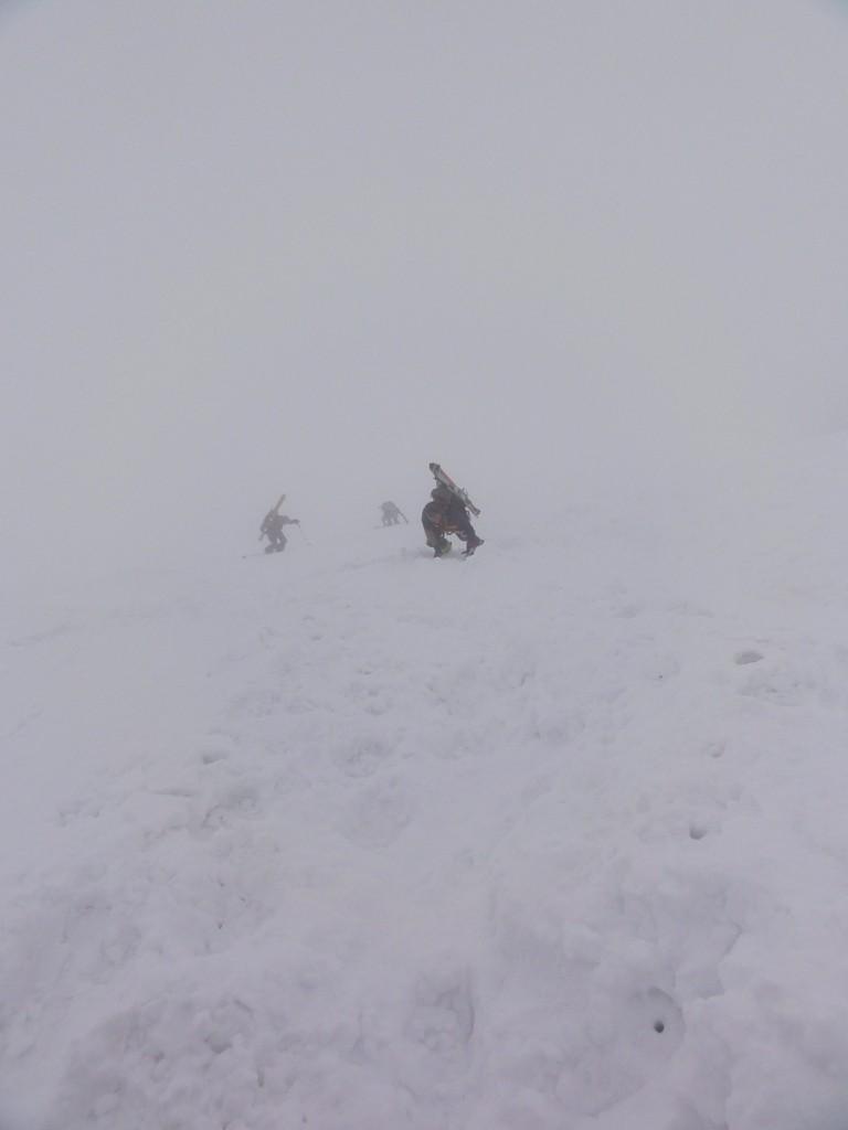 Nel pendio suprastante il gran zebru e nel la nebbia si sale