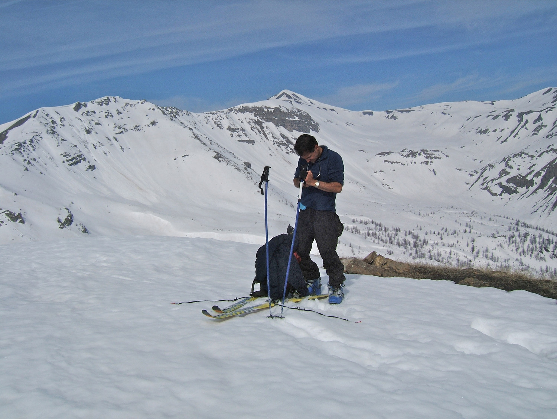 Pascal à la Cime de l'Alpe avec en fond la Cime de la Bonette.