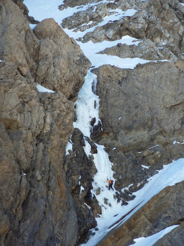 Taillon - Une cordée dans la 1ere cascade de la goulotte centrale