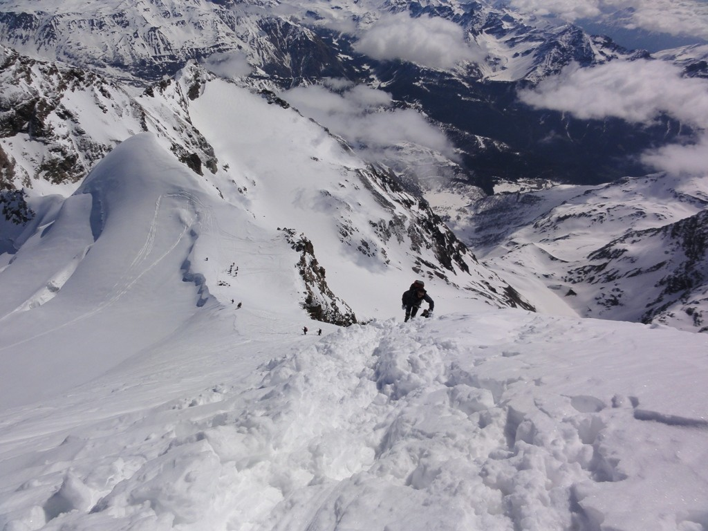 Il deposito degli sci e la via d'accesso alla cresta del Palu