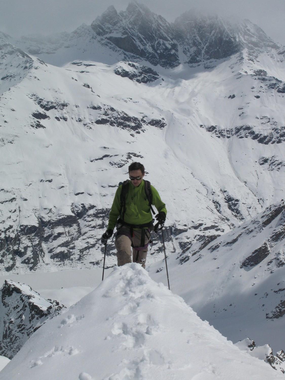 Laurent arrive au sommet avec les Aiguilles Rouges en toile de fond