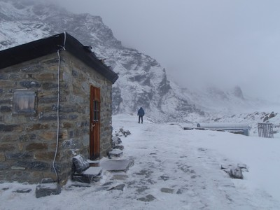 Après le passage de lklzzwxh:0049avalanche, ce qui reste du beau refuge: les toilettes