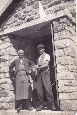 Le gardien Henri Fellay, son fils René et une marmotte