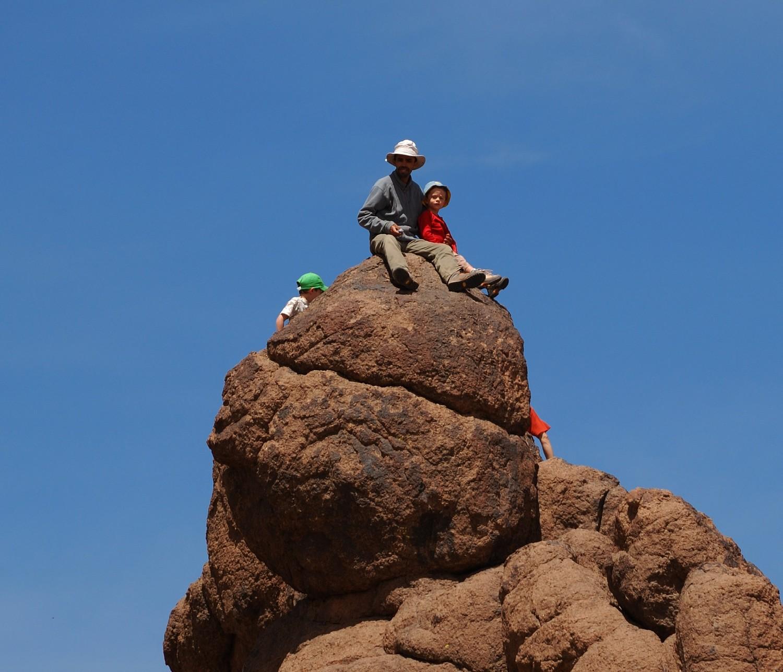 Guide et enfants, pause de midi de J2 du trek du Sirouah