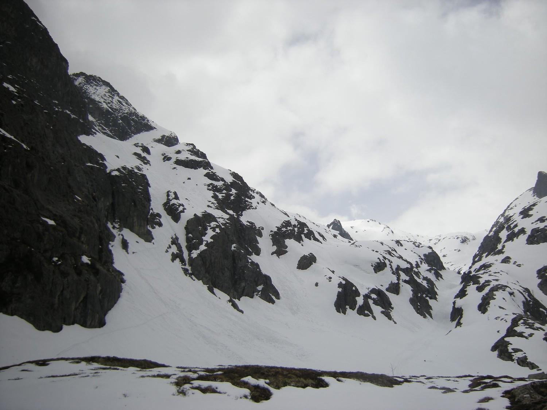 Pointe de l'Ifala. Gorge de la Veudale et à gauche, la partie délicate du bas de la combe N.