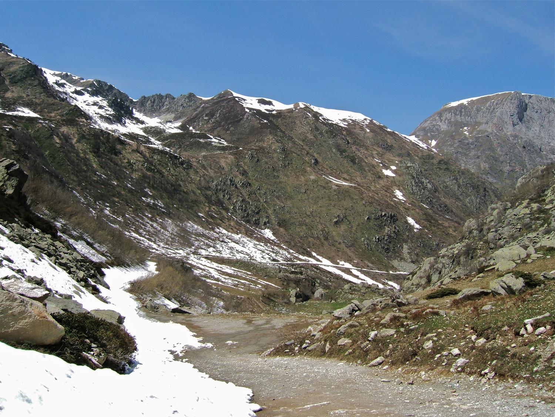 On peut rechausser sur certaines parties enneigées le long de la piste pour une descente plus rapide.