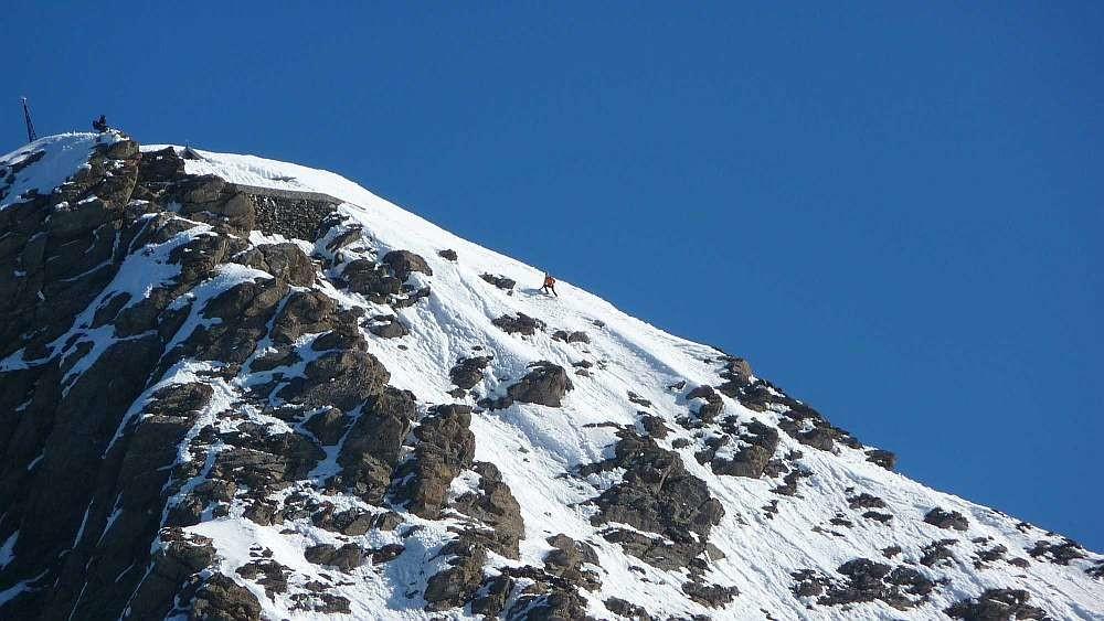 Rocciamelone 24 Mai 2010 , Zoom sur Alain qui skie le sommet en mauvaises conditions