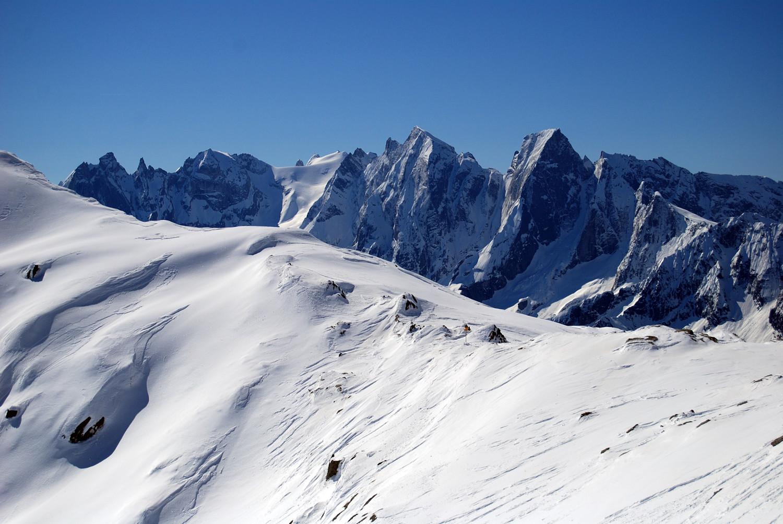 Il filo di cresta con il Passo di Prasgnola 2724 m e sullo sfondo le cime delle Sciore, Cengalo 3369 m e Badile 3305 m.
