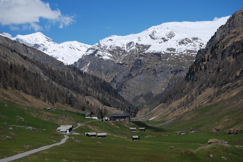 Uscendo dalla Val Madris le case di Stettli 1800 m, a sinistra il Piz Grisch 3060 m.