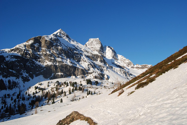 Il Corno di Dosdè 3232 m versante N, presso le baite Altumeira 2150 m.