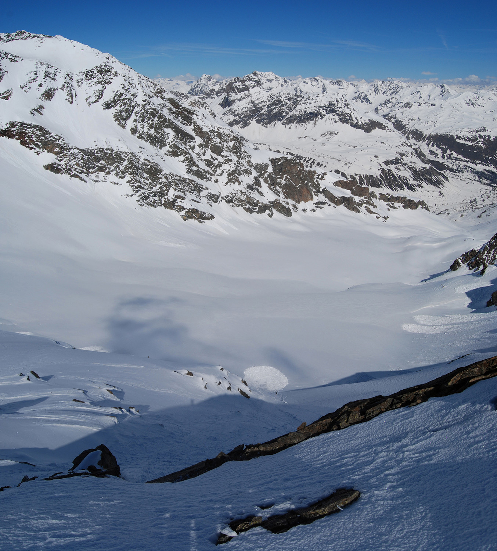 Dalla cma del Sasso di Conca 3150 m, sguardo sulla paretina W e sulla Vedretta di Dosdè E.