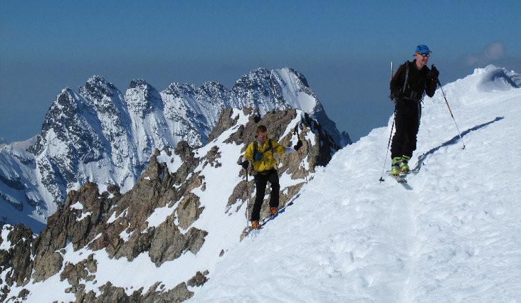 Des skieurs arrivent au sommet