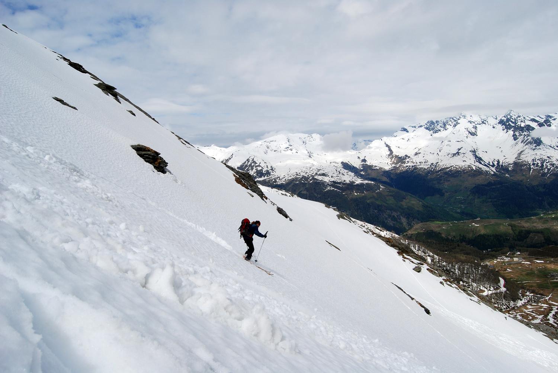"""Roberto Ganassa in discesa sul """"Canalone"""" con il Passo Baldisco sullo sfondo e la Cima di Barna 2862 m."""