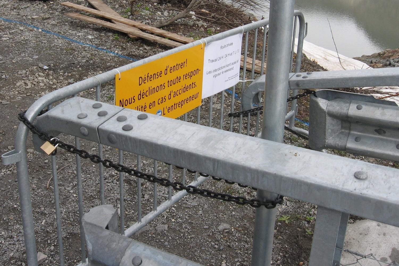 Barrière bien accrochée à escalader