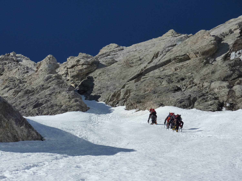 Une cordée espagnole aborde le goulet du couloir supéireur de la face nord classique du Mont-Perdu