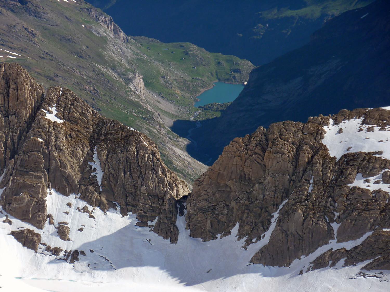 Alignement de la Brèche de Tuquerouye et du barrage des Gloriettes depuis le sommet du Mont Perdu