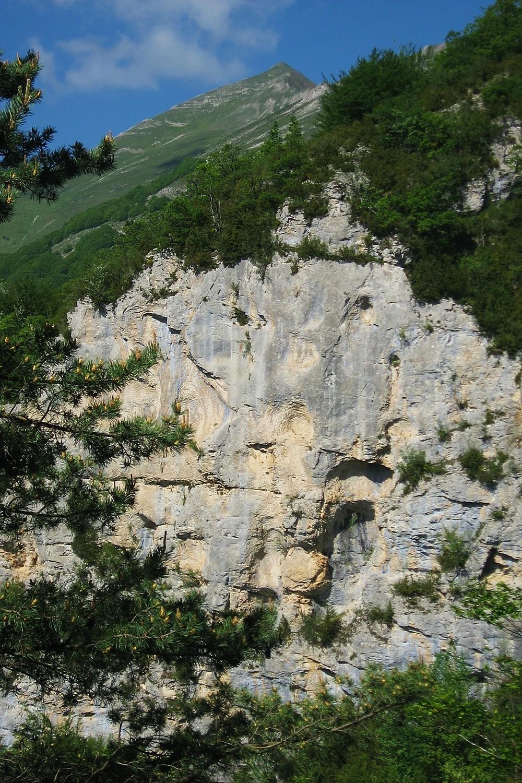 Toussière au fond, Gorges de la Cayre devant