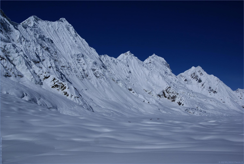 Glacier d'Hispar... En rive gauche, d'impressionante faces Nord
