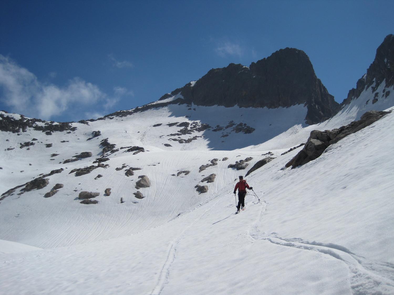 La cima con la cresta di salita a sinistra