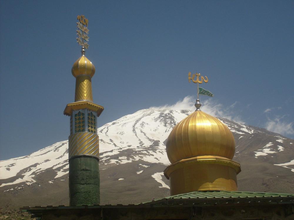 Pile ntre le minaret et la coupole le refuge 4200 sous la longue bande de pierre partant du sommet
