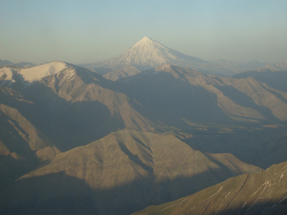 Depuis le refuge Toscal le Damavand est immense au loin
