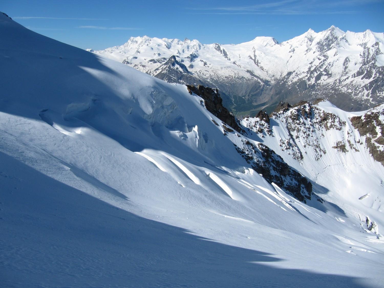 Le mur du bas derrière les séracs, sur fond d'alpes valaisannes