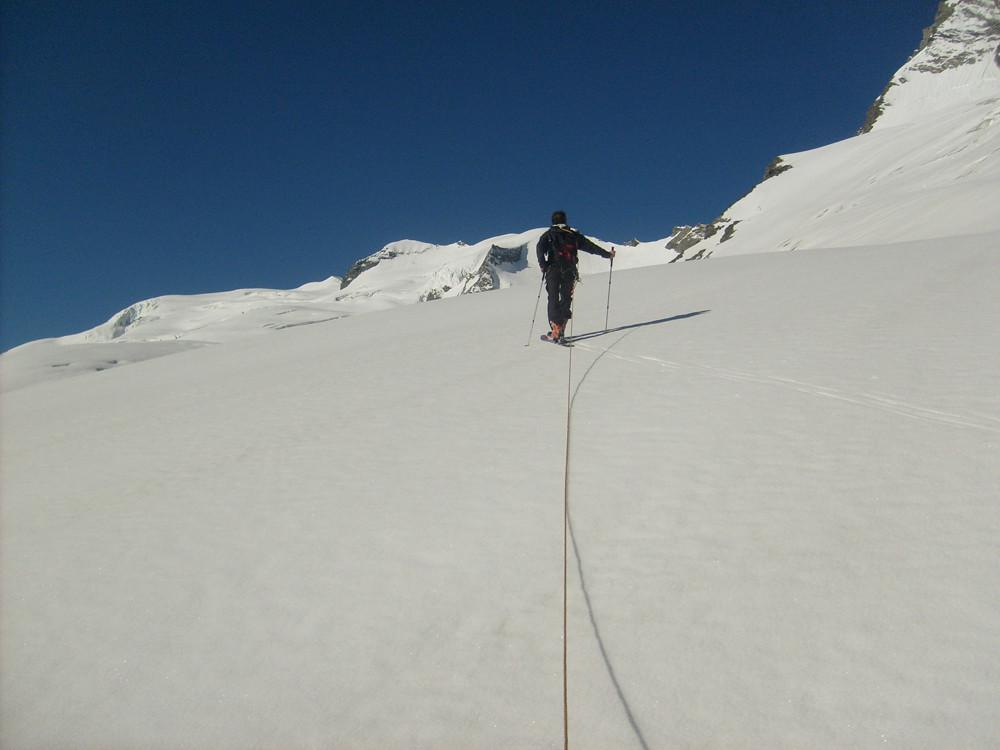 Le dôme de la Sache est celui tout au fond sur la gauche, en neige, très loin. Nous on ira sur celui à sa droite.