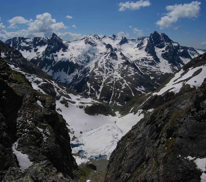 Dal Passo dell'Omo di Malgina 2621 m con vista sul bacino del Barbellino e sul Monte Gleno 2882 m.