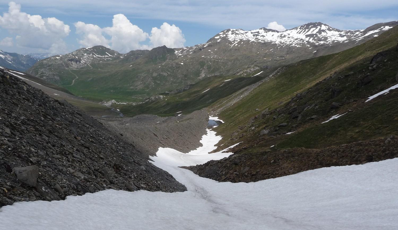 Pointe des Mines, fin de la descente les skis au bord du lac