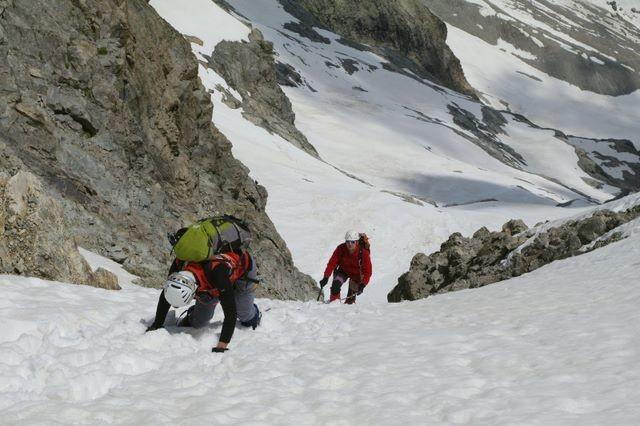 Descente par le versant E de la Brèche du Râteau : c'est presque encore tout en neige