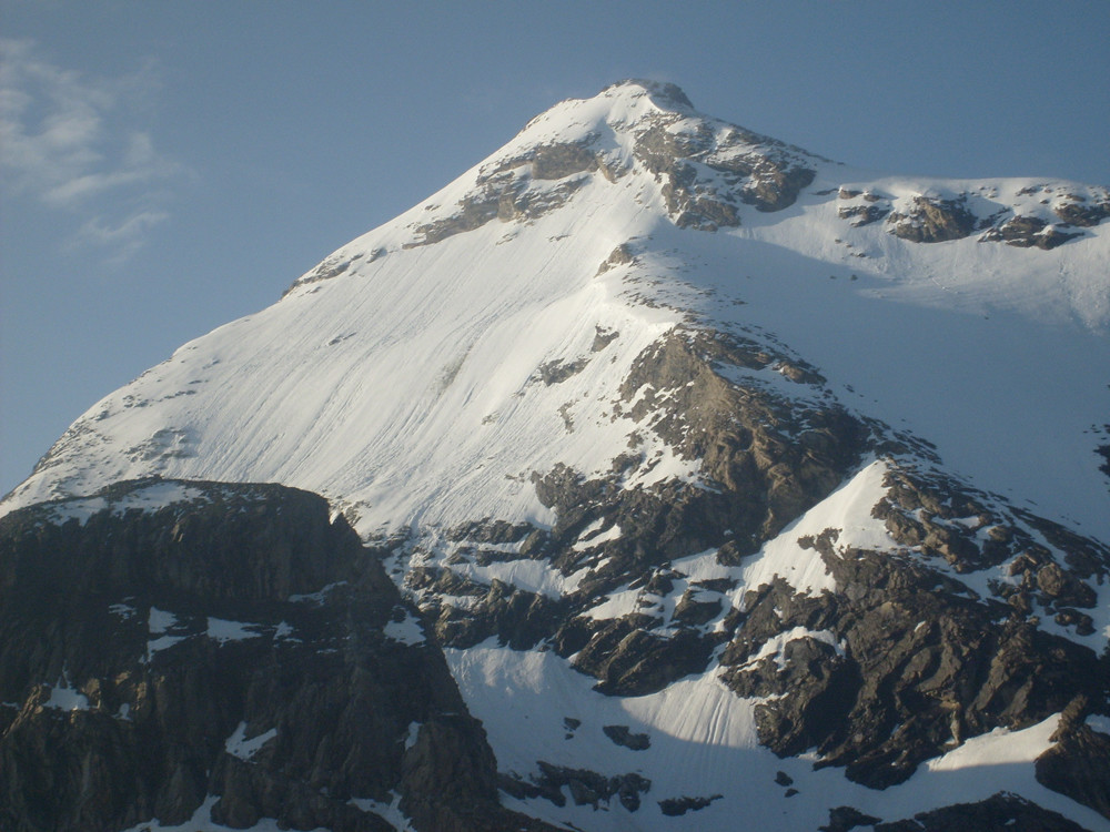 Plus cadrée! Le sommet est bien à gauche.