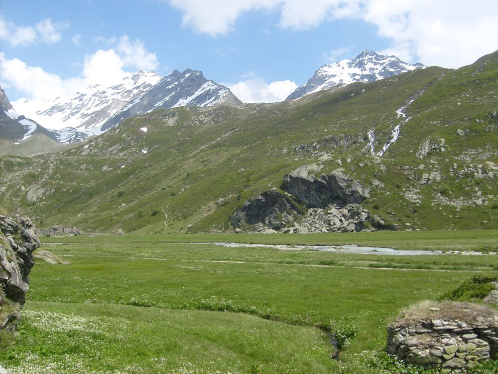 Depuis le refuge on voit le sentier à gauche des gros rochers
