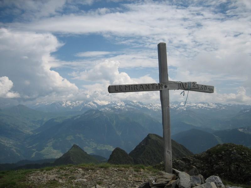 Croix sommitale sur fond de Mont-Blanc  ennuagé
