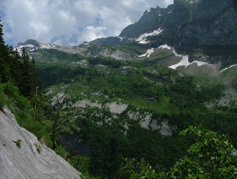 Ligne de Vie -R16- au niveau du / vue sur le refuge du Folly avec les Avoudrues et les rochers de la Courra