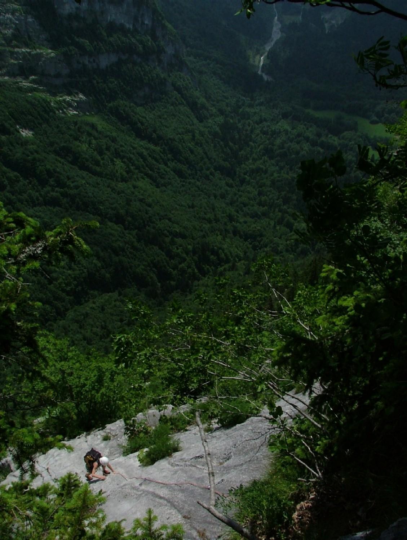 Ligne de Vie - Fanny dans L17, la vallée du Clévieux tout en bas