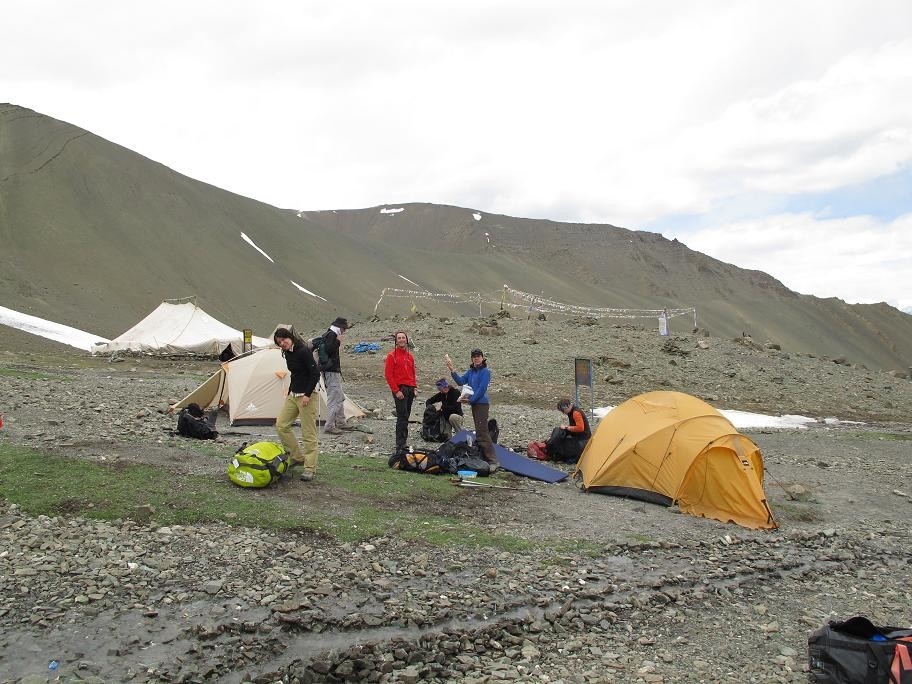 Base Camp 4950m sur fond de tente du Police Men