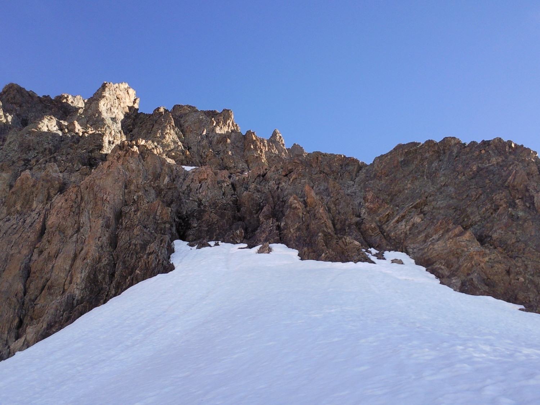 Sur une première selle neigeuse, avant l'attaque rocheuse
