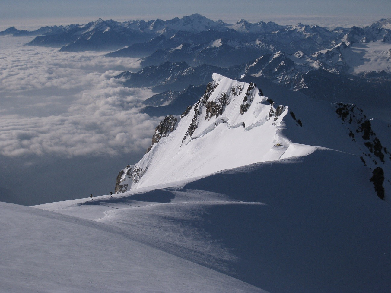 Mt. Blanc - cordée arrivant par les Aig. Grises