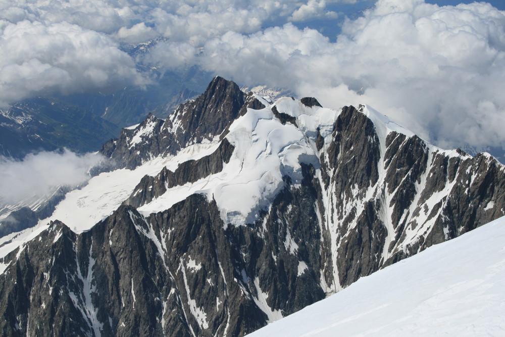 L'aig. des glaciers et devant l'improbable cuirasse dse glace des aiguilles de Tré la Tête
