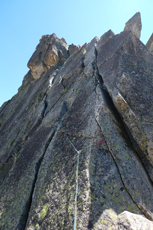 la dalle fissurée sous le sommet du pic de la Mourelle